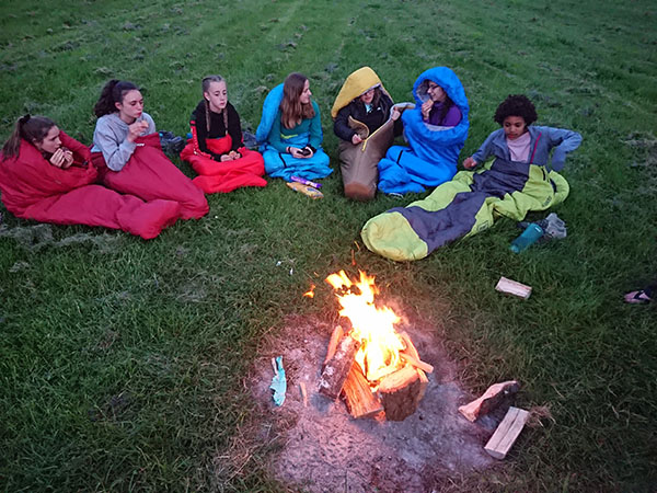 DofE-1-girls-campfire-Uffington